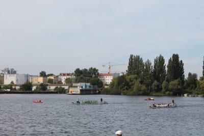 Kopf-an-Kopf-Rennen der Drachenboote auf der Rummelsburger Bucht